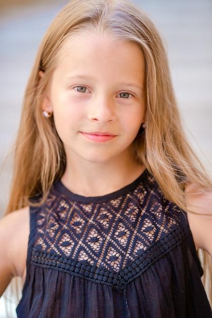 Adorable petite fille heureuse à l'extérieur dans la ville italienne. portrait d'enfant caucasien profiter des vacances d'été à rome Photo Premium