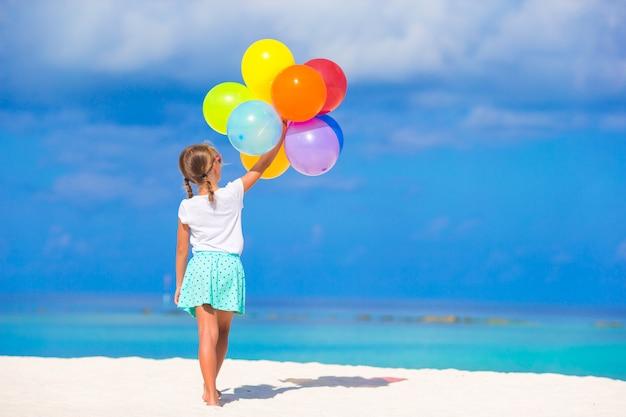Adorable Petite Fille Jouant Avec Des Ballons à La Plage Photo Premium