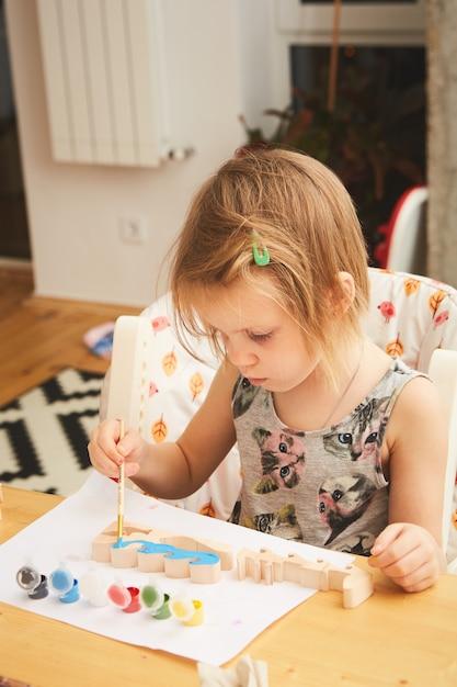 Adorable Petite Fille Peignant Dans La Chambre Photo Premium