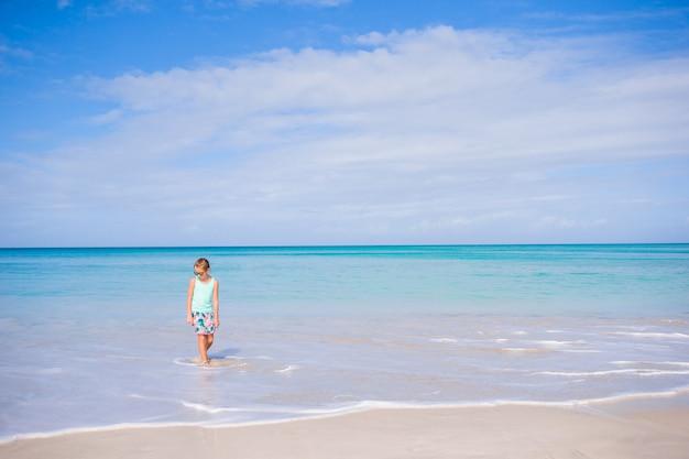 Adorable petite fille sur la plage Photo Premium