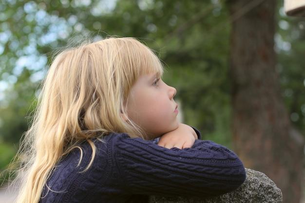 Adorable Petite Fille Prise En Gros Plan à L'extérieur Photo Premium