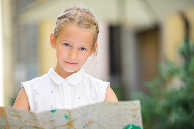 Adorable petite fille, profitez de vacances italiennes en europe. Photo Premium