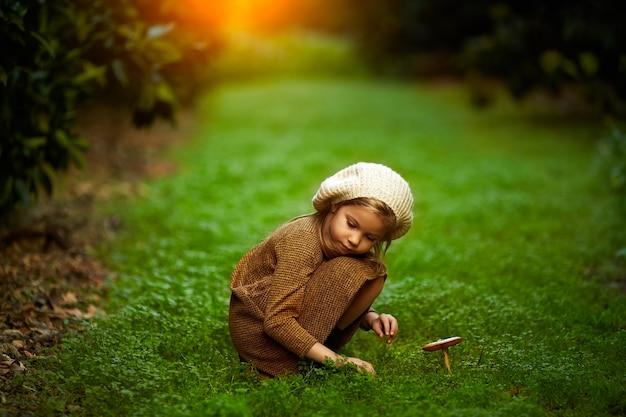 Adorable Petite Fille En Randonnée Dans La Forêt Le Jour De L'été Photo Premium