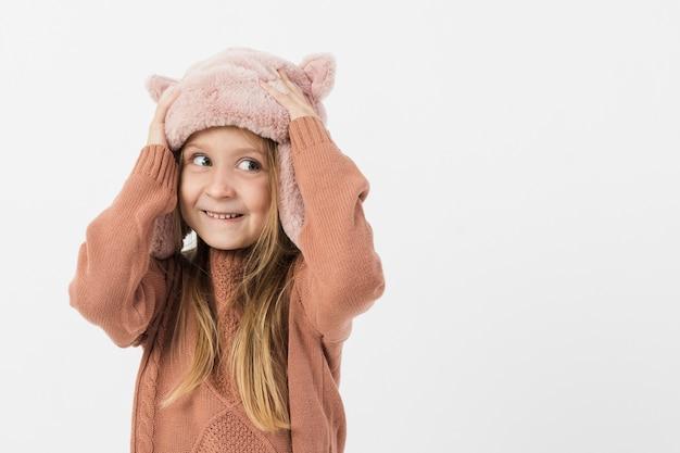 Adorable petite fille à la recherche de suite Photo gratuit