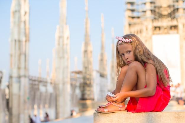 Adorable petite fille sur le toit du duomo, milan, italie Photo Premium
