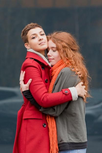 Adorables Jeunes Femmes Embrassant Photo gratuit