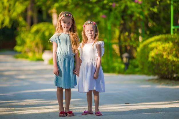 Adorables petites filles pendant les vacances d'été Photo Premium