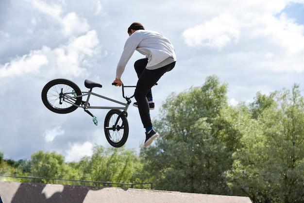 Ados monte un vélo de cascade extrême Photo Premium