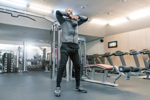 Adulte Bel Homme Barbu Faisant Des Exercices Physiques Photo Premium