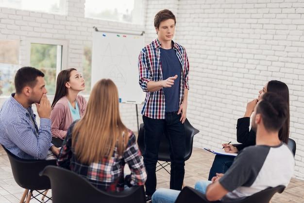 Adulte homme confiant en chemise à carreaux se dresse en cercle de personnes. Photo Premium