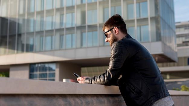 Adulte, homme, utilisation, téléphone portable, dehors, pendant, coucher soleil Photo gratuit
