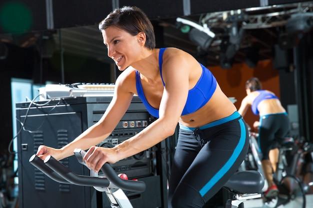 Aérobic moniteur d'entraînement de spinning au gymnase Photo Premium