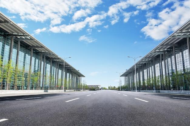 Aéroport avec une route Photo gratuit