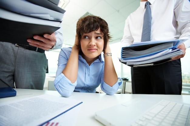 Affaires ayant le stress au bureau Photo gratuit