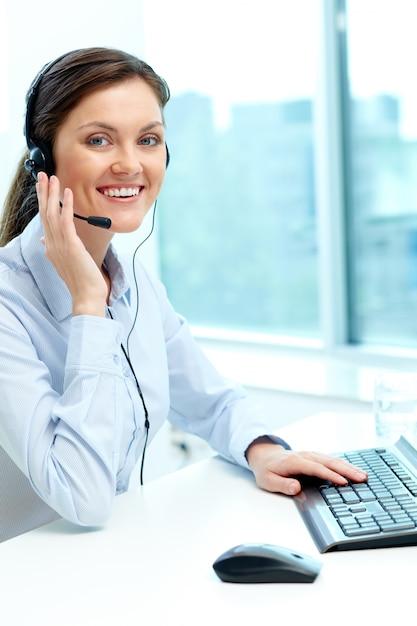 D'affaires avec un casque de parler à quelqu'un en ligne Photo gratuit