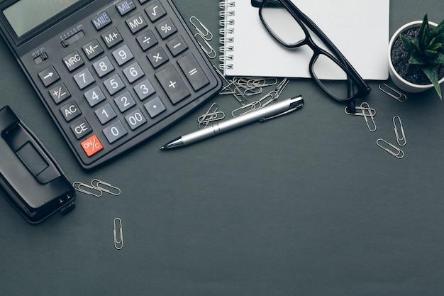 Affaires encore la vie avec la calculatrice sur la table dans le bureau. Photo Premium