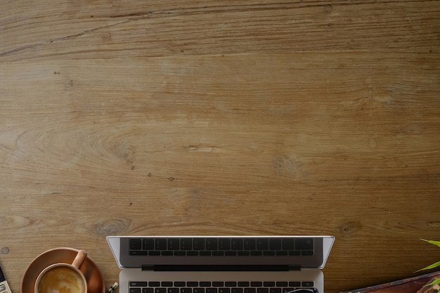 Affaires encore la vie. table de bureau en bois avec ordinateur portable, tasse de café et fournitures. Photo Premium
