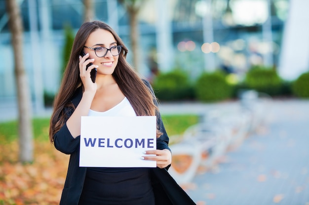 Affaires de femmes avec l'affiche avec message de bienvenue Photo Premium