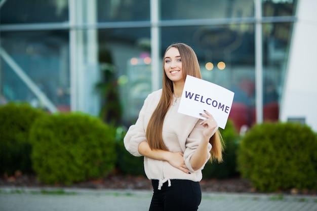 Affaires de femmes avec la pancarte avec le message de bienvenue Photo Premium