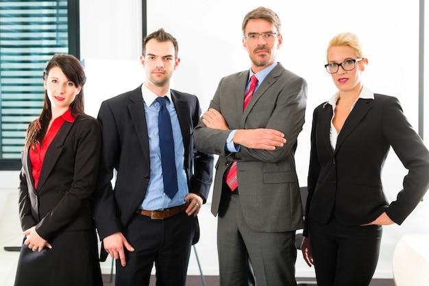 Affaires, groupe d'hommes d'affaires au bureau Photo Premium