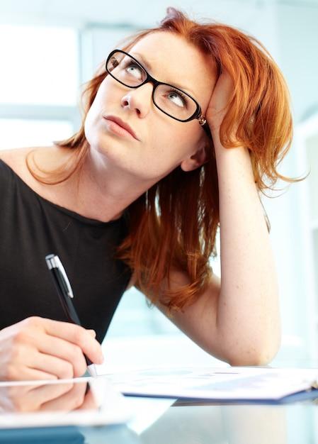 Affaires réussie rédaction d'un rapport Photo gratuit