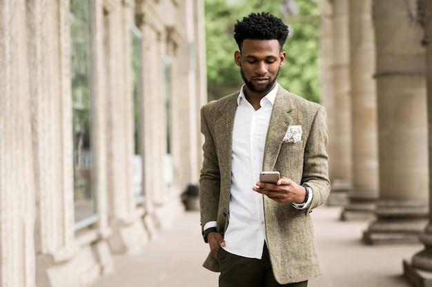 Affaires de téléphonie afro-américaine heureuse Photo gratuit