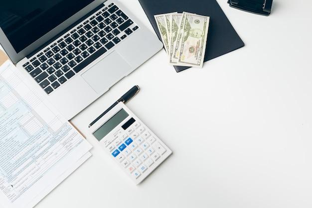 Affichage du rapport commercial et financier. comptabilité, argent gros plan Photo Premium