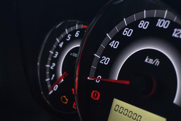 Affichage à l'écran du voyant d'état de la voiture sur les symboles du tableau de bord indiquant les indicateurs de panne Photo Premium