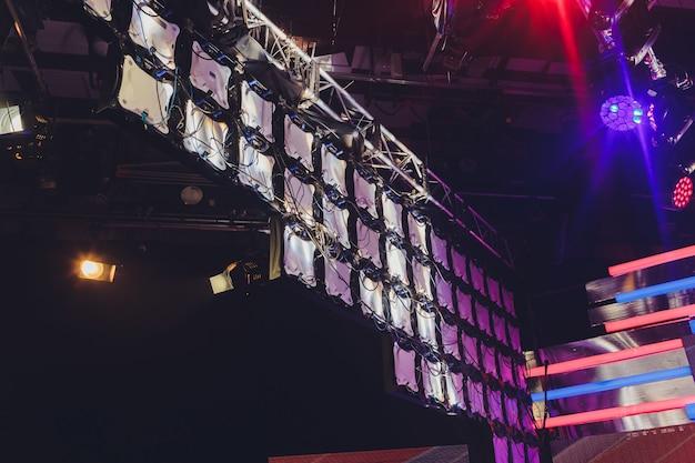 Affichage Led Modulaire Pour Un Mur D'écran Pour Projeter Des Murs Vidéo Sur Le Système De Panneaux Modulaires à Led Monté. équipement Visuel De Maille Légère De Diode Rvb De Grille Pour Le Panneau D'écran Numérique De Panneau D'affichage De Poignée Vidéo. Photo Premium