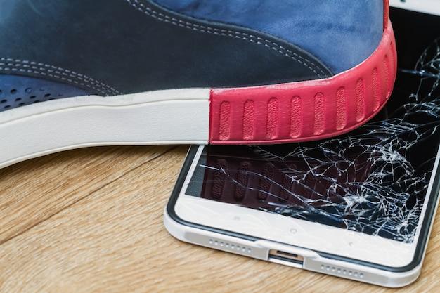 Affichage smartphone écrasé par démarrage sur fond marron Photo Premium