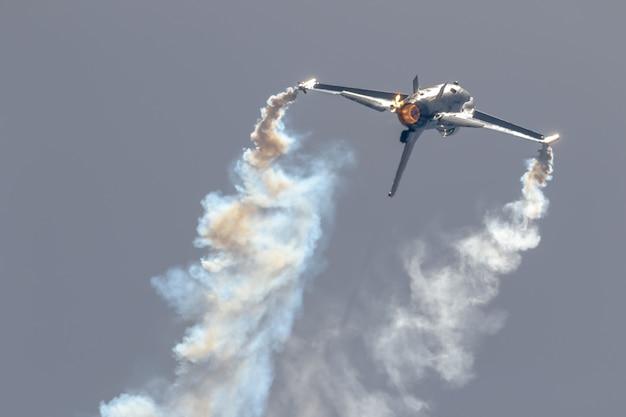 Affichage solo belge de l'avion f-16 Photo Premium