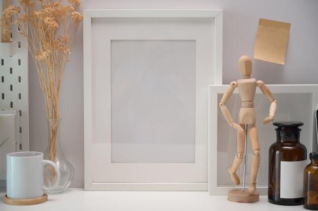 Affiche cadre vide sur un bureau de loft Photo Premium
