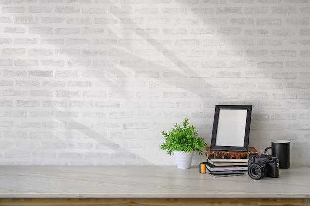 Affiche de maquette et accessoires de home studio sur le bureau et l'espace de copie en marbre. Photo Premium