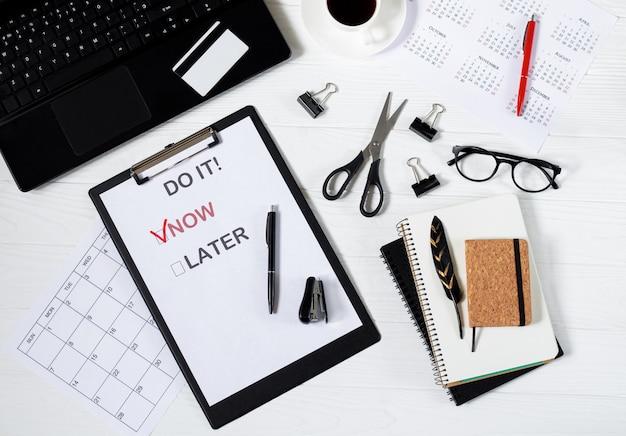 Affiche Avec Des Mots De Motivation Pour Travailler Sur La Vue De Dessus De Bureau Photo Premium