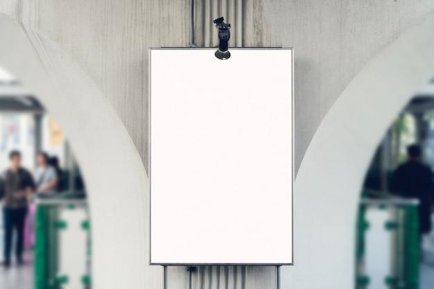 Affiche vierge de panneau d'affichage dans le grand magasin, avec espace de copie pour le message publicitaire. Photo Premium