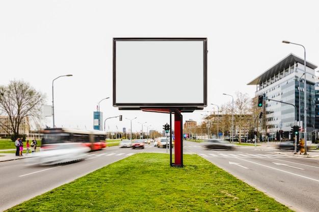 Affiche vierge de panneau d'affichage dans une route très fréquentée Photo gratuit