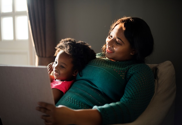 Africaine mère et fille s'amuser ensemble Photo gratuit