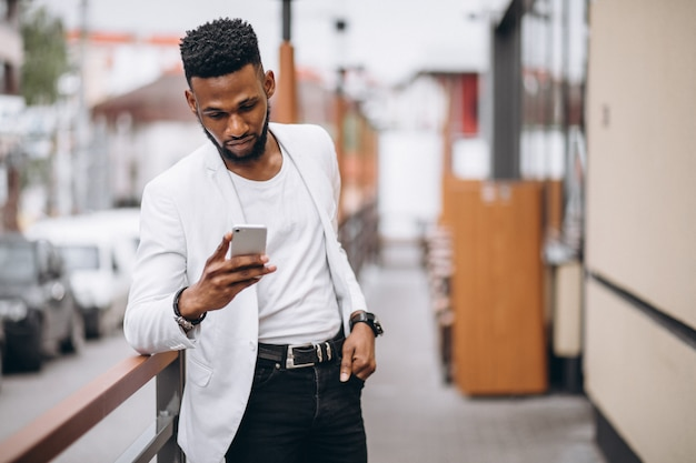 Afro-américain à l'aide de téléphone Photo gratuit