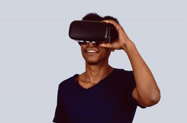 Afro-américain expérimentant la réalité virtuelle. Photo Premium