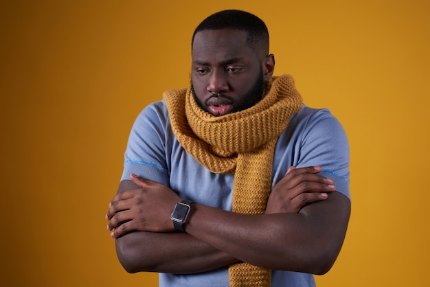 Afro-américain A Froid, Est Mal Isolé. Photo Premium