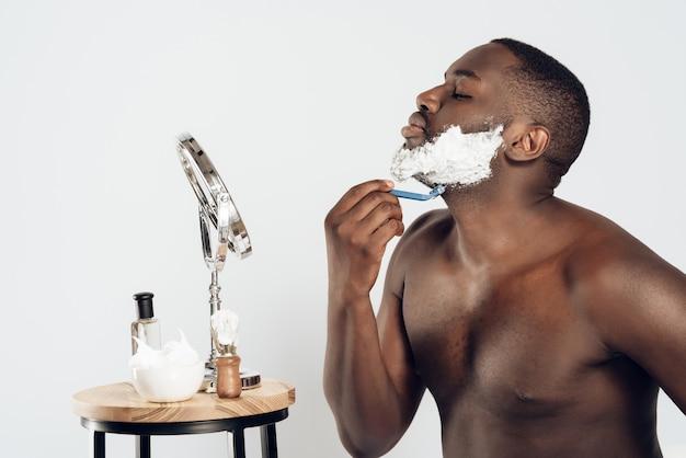 Afro-américain, frottis, crème rasage Photo Premium