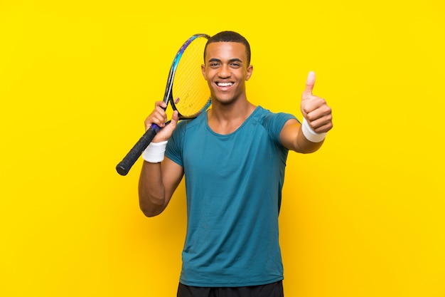 Afro-américain joueur de tennis avec pouce levé parce que quelque chose de bien est arrivé Photo Premium