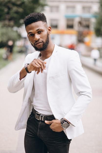 Afro-américain en veste blanche Photo gratuit
