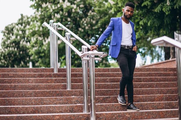 Afro-américain en veste bleue Photo gratuit