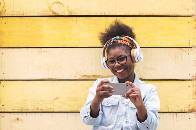 Afro-américaine Adolescente à L'aide De Téléphone Portable à L'extérieur Photo Premium