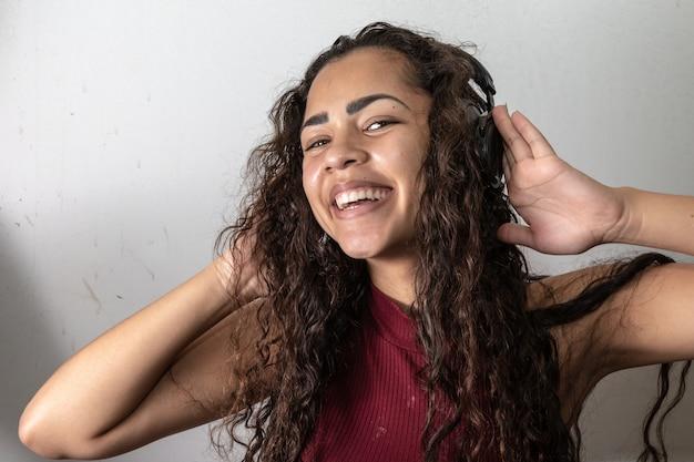 Afro Américaine Femme écoutant De La Musique Sur Fond Blanc Photo Premium