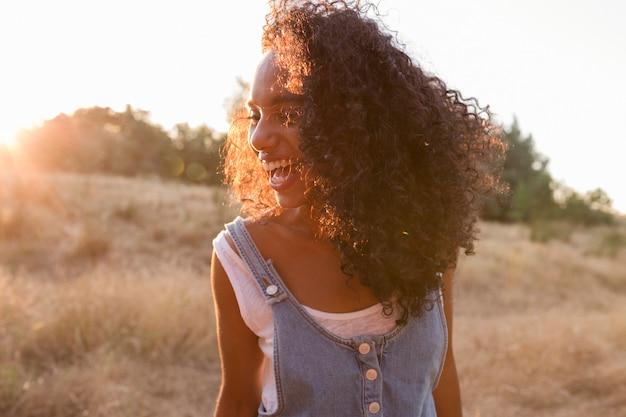 Afro Américaine Femme Souriante Au Coucher Du Soleil Photo Premium