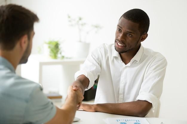 Afro-américaine, Homme Affaires, Handshaking, Caucasien, Partenaire, Arrangement, Ou, Commencer, Réunion Photo gratuit