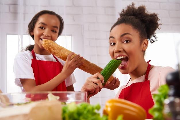 Afro-américaine, mère, fille, tabliers, manger Photo Premium