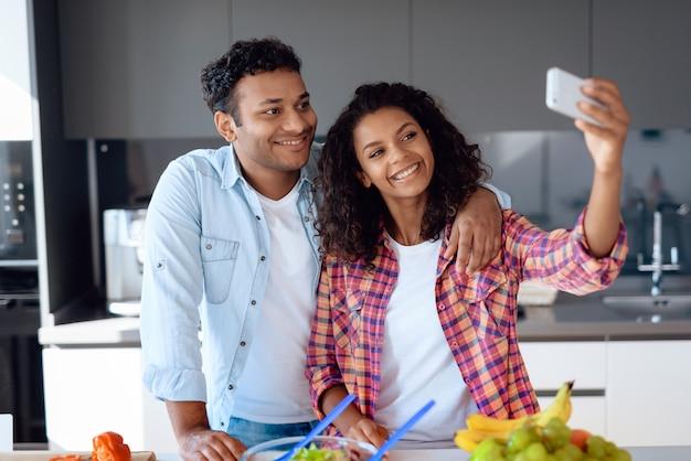Afro american couple faisant selfie dans la cuisine Photo Premium